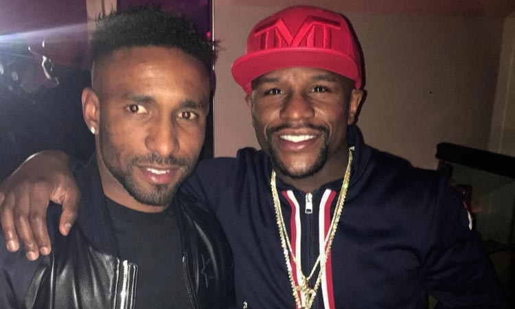 Floyd Mayweather posing with his arm around Jermaine Defoe
