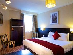 A bedroom in the Hallmark Chester Inn hotel