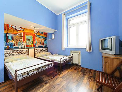 Example of a twin guestroom at Hostel Blues, with a hardwood floor and TV