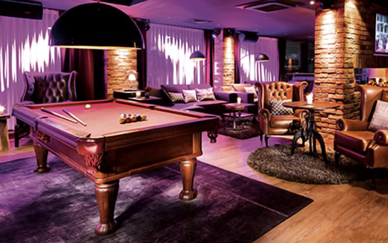 A snooker table and lounge area in Pentahotel