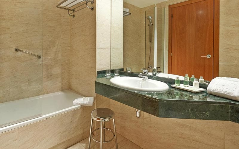 A bathroom in a hotel room at NH Barcelona Centro