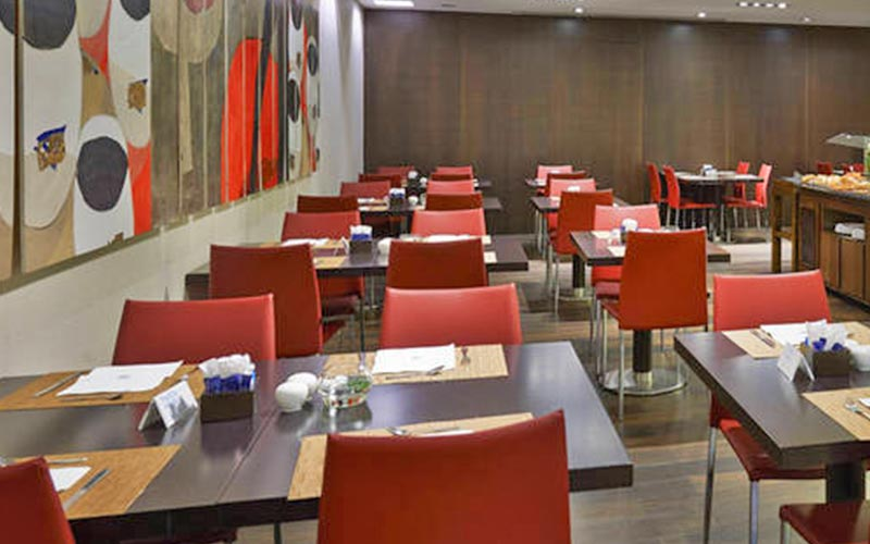 Tables and chairs set for dinner in the NH Sants Barcelona restaurant