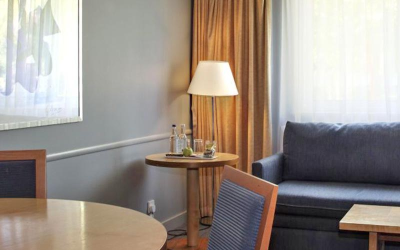A sitting area and sofa in Holiday Inn Bristol Filton