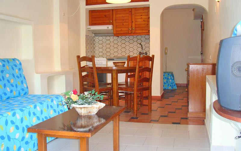 A living and kitchen area in an apartment at Ourasol Apartamentos Turisticos