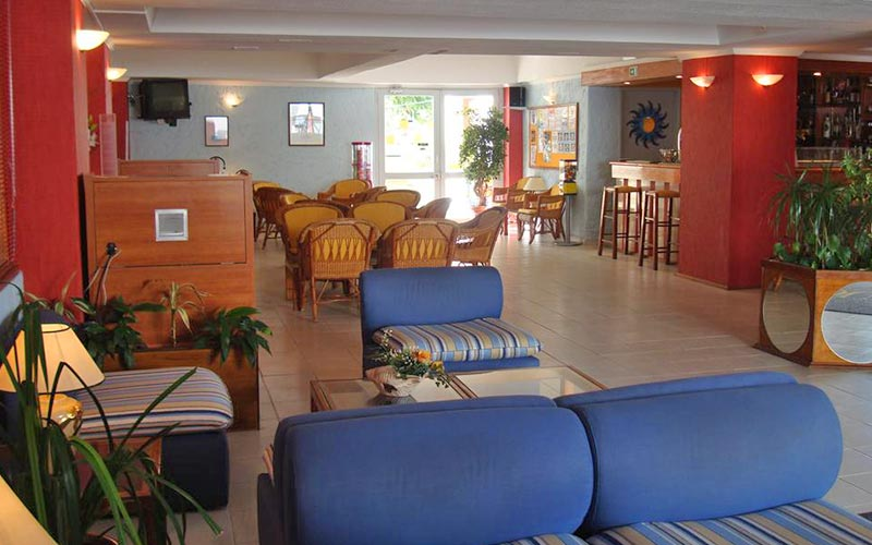 The bar area in Ourasol Apartamentos Turisticos