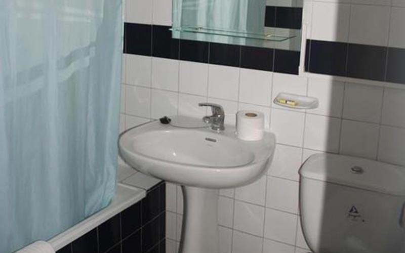 A sink and bath in an apartment at Apartmentos Minerva Jupiter