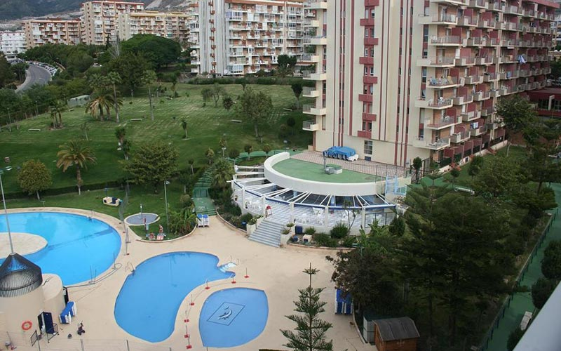 Exterior and outdoor pool of Apartmentos Minerva Jupiter
