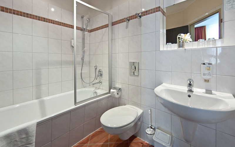 A white bathroom in Novum Hotel Eleazar City Centre