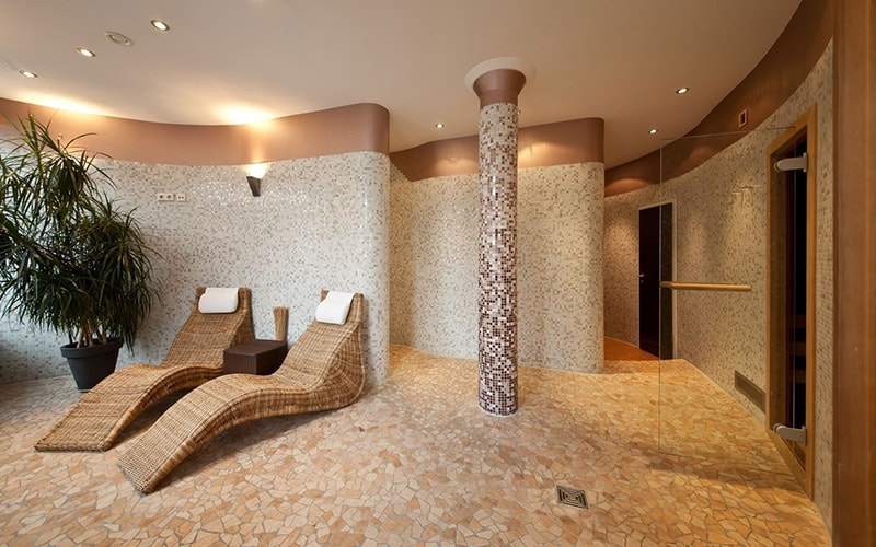 The spa area in Novum Hotel Eleazar City Centre with modernly shaped loungers