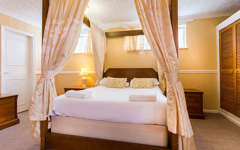 A double room with four poster beds in Elmbank Hotel and Lodge