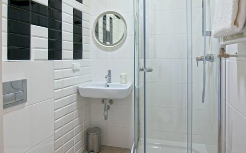 A bathroom with a shower at Draggo House