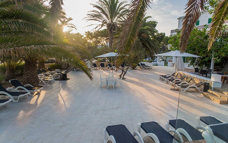 An outdoor area with sun loungers at Hotel Tagomago