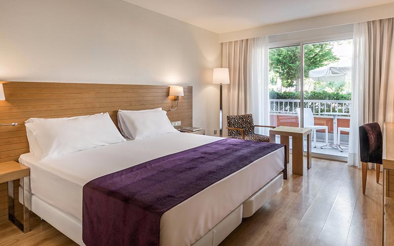 A guest bedroom at Hesperia Ciudad de Mallorca