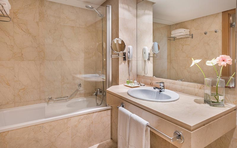 A guest bathroom at Hesperia Ciudad de Mallorca