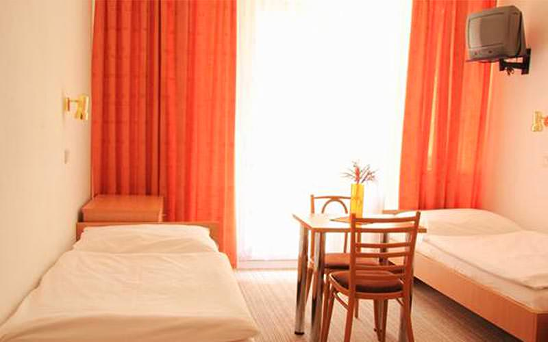 Example of a twin guestroom at Hotel Turist