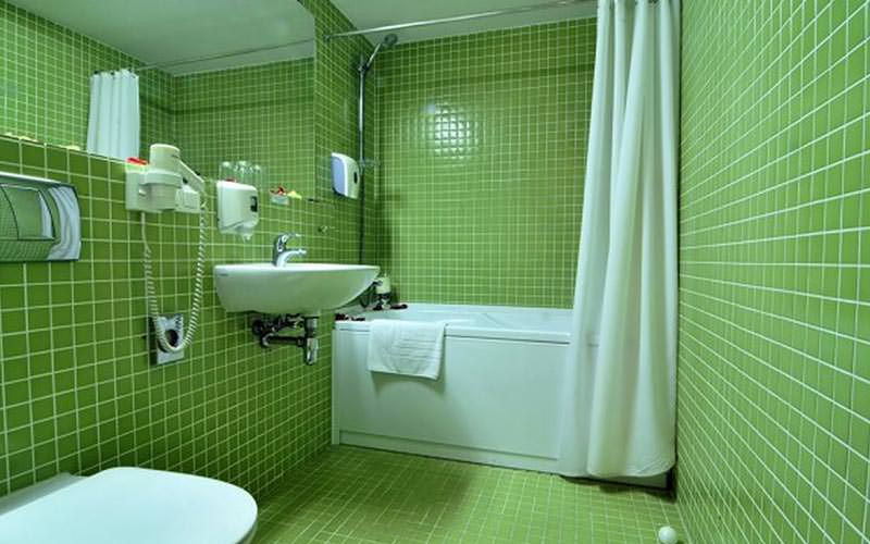 A green tiled bathroom at Hotel Panorama
