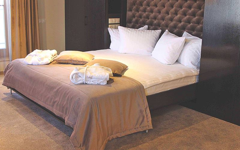A double bed at Amberton Hotel