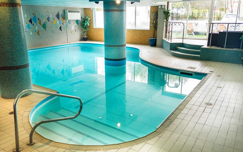 The indoor swimming pool in Suncliff Hotel
