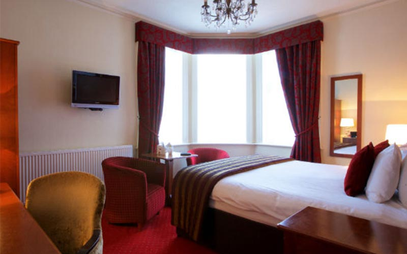 A double bed in a hotel room at Hallmark Chester Inn