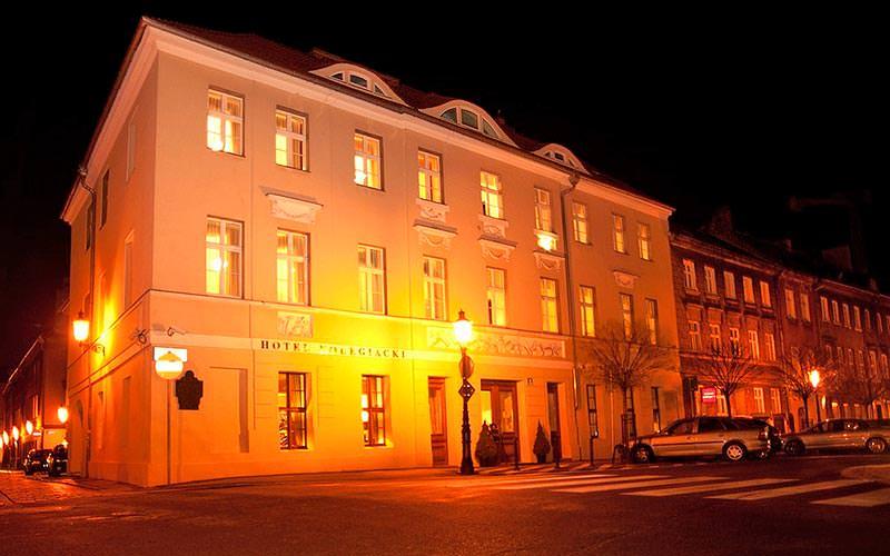 The exterior of Hotel Kolegiacki at night time
