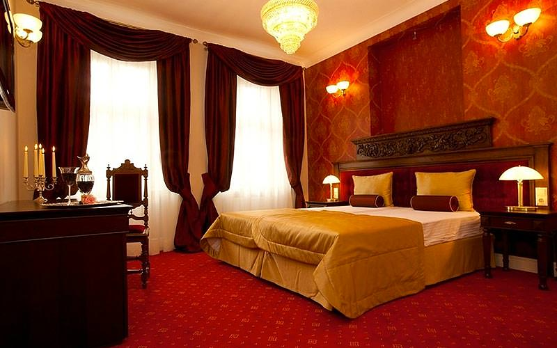 A plush room with red and gold decor
