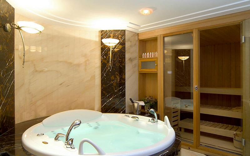 A jacuzzi and Finnish sauna at Hotel Westin