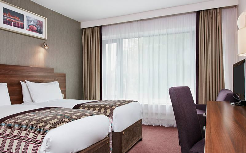 A guest room at the Jurys Inn Christchurch with two twin beds