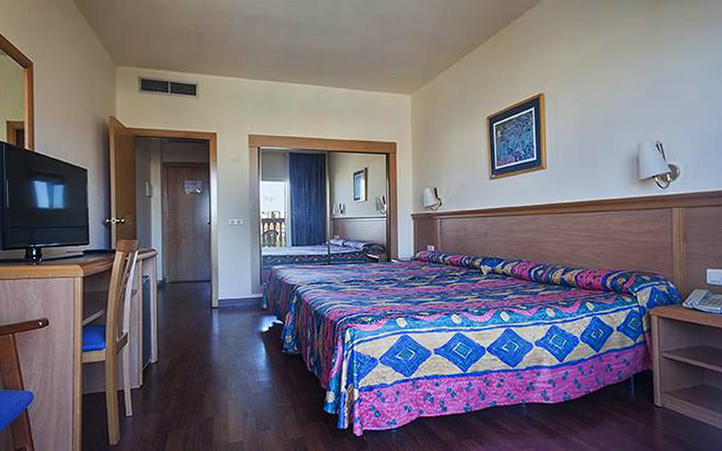A spacious guest room at Hotel Best Siroco