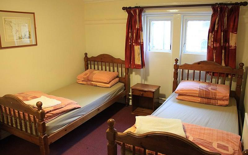 A guest room with two twin beds at the Kinlay Hostel