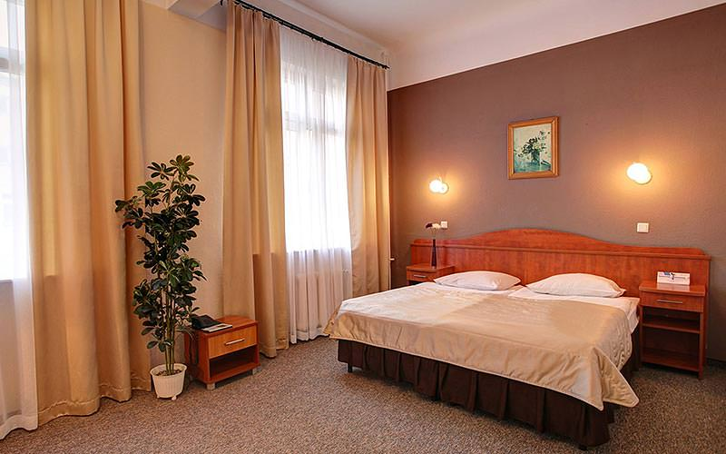 A guest bedroom at Hotel Polinia