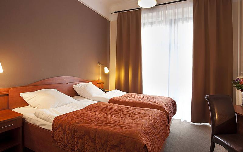 A twin guest room at Hotel Polinia