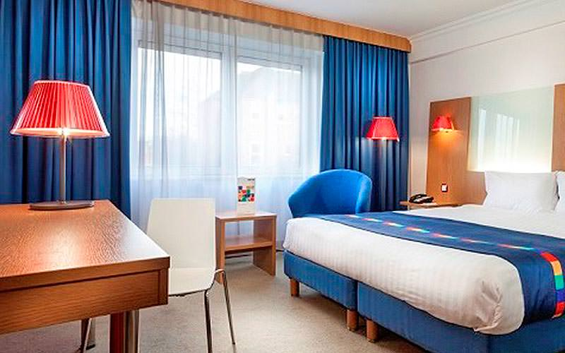 A double room with a red, white and blue colour scheme