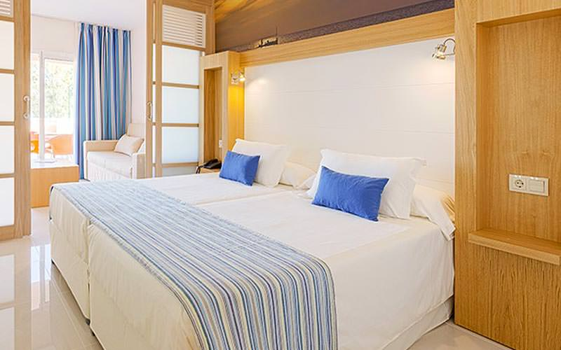 Example of a twin guestroom at Sirenis Seaview Country Club