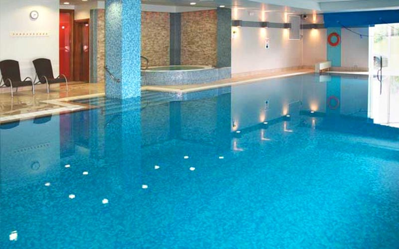 The swimming pool and Jacuzzi in The Cheltenham Chase Hotel