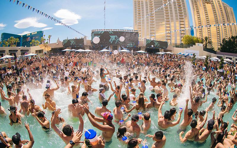 The pool at Wet Republic filled with people