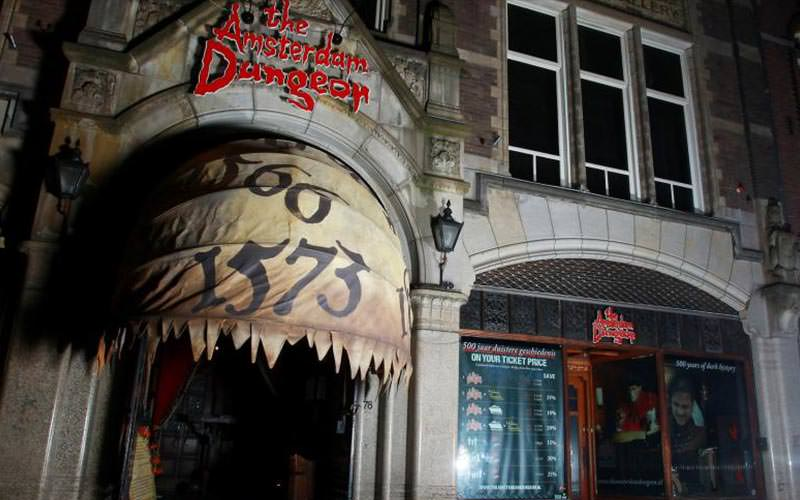 Exterior entrance of the Amsterdam Dungeons in the dark