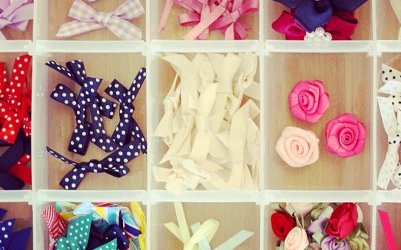 Ribbons, fabrics and accessories split up in compartments