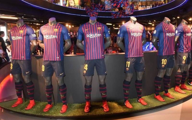 Image of mannequins dressed in barcelona football strips and wearing football boots
