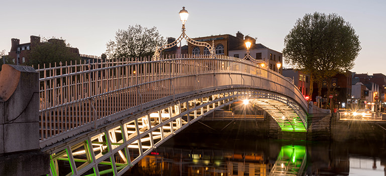 A picture of the Ha'penny bridge in the evening