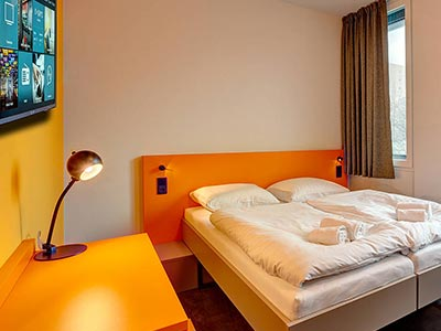 A guest bedroom at Meininger Hotel Munich Olympiapark