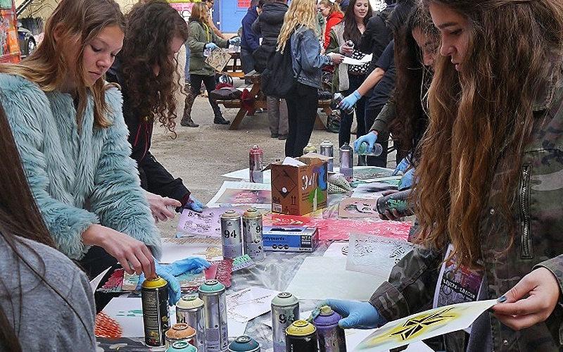 Girls at a grafitti street art workshop