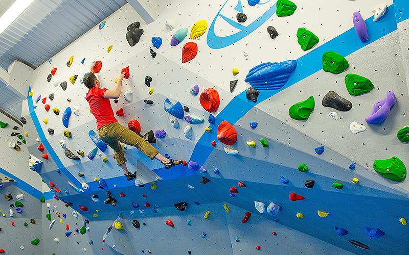 expereinced climber climbing a difficult climbing wall